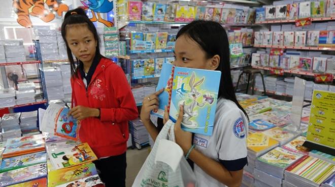 Do dung hoc tap: Cang thom cang doc hinh anh 2 Học sinh mua vở có mùi thơm tại một nhà sách ở quận Tân Bình, TP.HCM sáng 9-9 - Ảnh: Như Hùng.