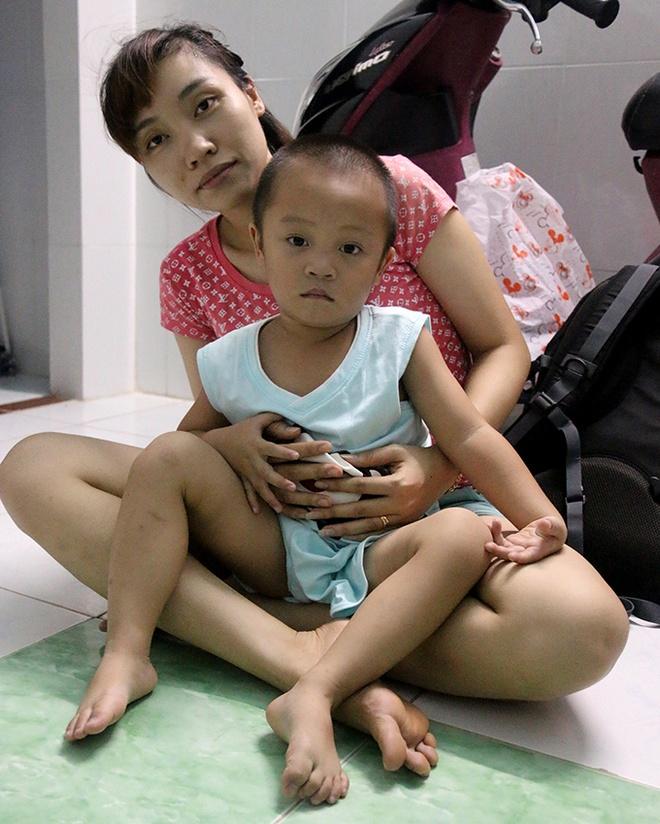 Me mot noi, con mot chon hinh anh 2 Bé Nguyễn Minh Hoàng được bà ngoại đưa vào gặp mẹ - Ảnh: N.Hiển.