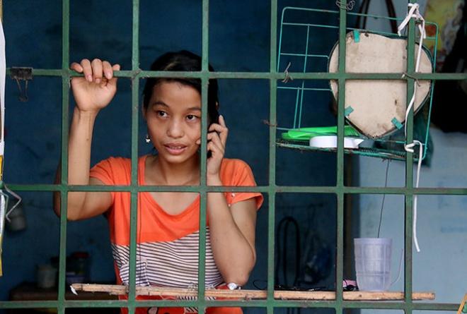 """Me mot noi, con mot chon hinh anh 1 Trước giờ đi làm Nguyễn Thị Luyến đều dùng điện thoại """"cục gạch"""" chuyện trò cùng con - Ảnh: N.Hiển."""
