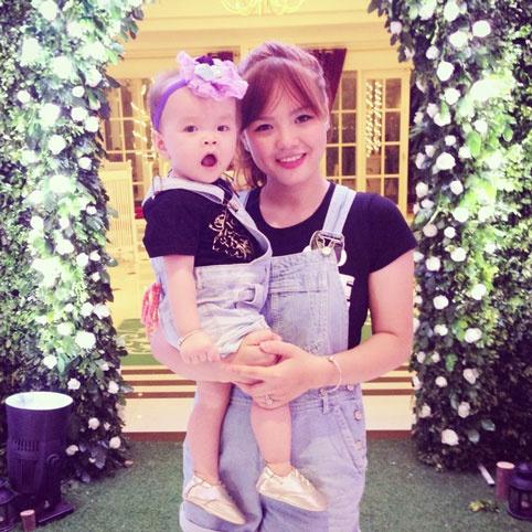 Roi nuoc mat status bo viet cho con 5 tuoi phai an kieng hinh anh 3 Chị Nhật Trang và con gái.
