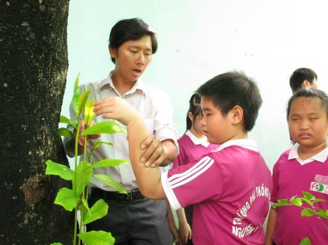 Gieo anh sang cho em tho hinh anh 1 Thầy giáo Nguyễn Thái Bình dạy môn sinh học Trường phổ thông đặc biệt Nguyễn Đình Chiểu đang hướng dẫn học trò khiếm thị bài học