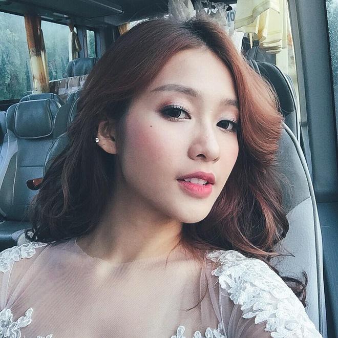 Hot girl Viet dua trao luu chup anh 'mieng ca' hinh anh 7 Khuôn miệng hé đem lại sự yêu kiều cho Khả Ngân, thay vì phong cách khỏe khoắn, năng động thường thấy.