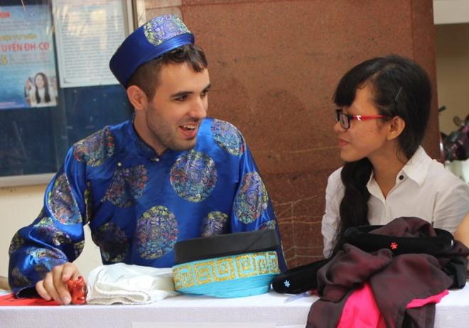Sinh vien quoc te gioi thieu van hoa Viet hinh anh 1 Alex Gaja tại gian hàng trang phục truyền thống.