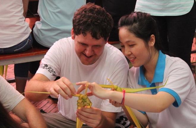 Sinh vien quoc te gioi thieu van hoa Viet hinh anh 2 Paul Gordonm thích thú học xếp cào cào bằng lá dừa.