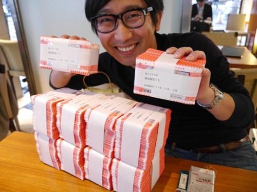 Chang trai Nhat chi ca trieu yen mua… 5.000 tam ve so hinh anh