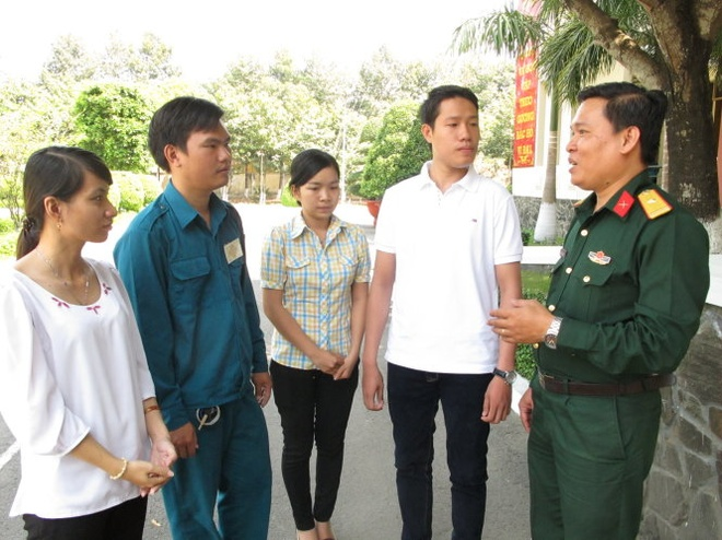 To quoc goi, cac ban tre len duong hinh anh 1