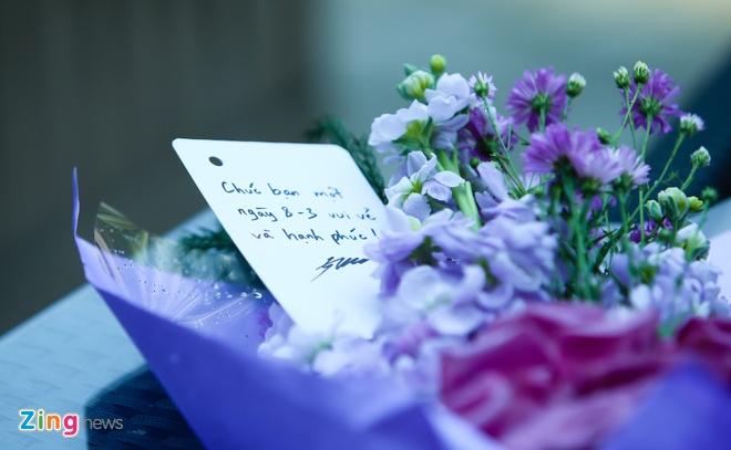 JVevermind xuong pho tang hoa ban tre ngay 8/3 hinh anh 2