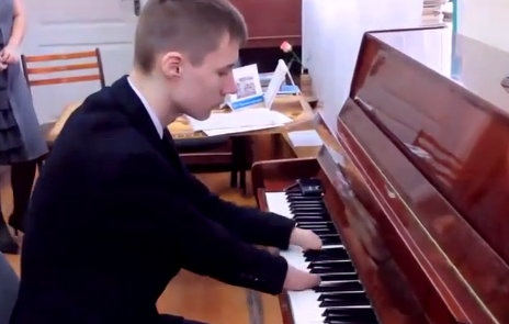 Tai nang piano cua cau be khong tay lam me hoac nguoi nghe hinh anh