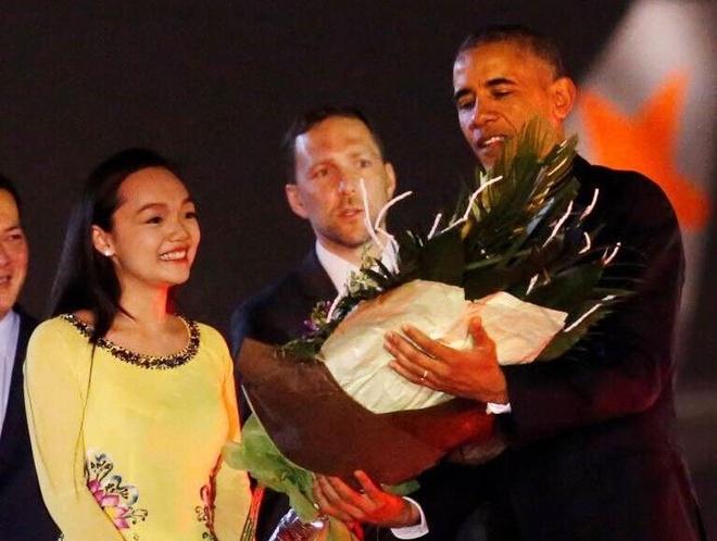 Co gai tang hoa ong Obama: 'Tay tong thong am lam' hinh anh