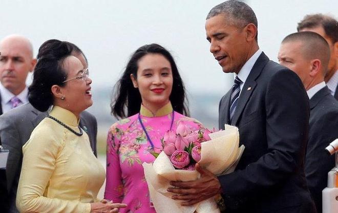 Co gai Sai thanh chon hoa sen chao don Tong thong Obama hinh anh