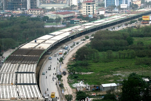 Lam 5 km duong tren cao tu cau Vinh Tuy den Nga Tu So hinh anh
