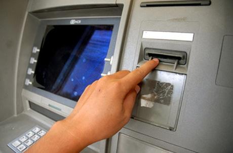 Clip thu doan trom tien qua the ATM gia cua nguoi nuoc ngoai hinh anh