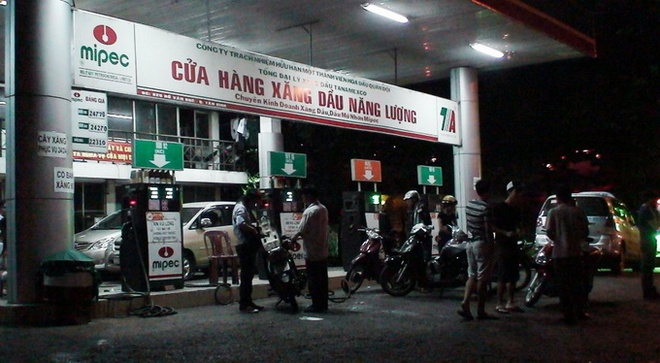 Do xang o cua hang Q.Tan Binh, hang chuc xe chet may hinh anh
