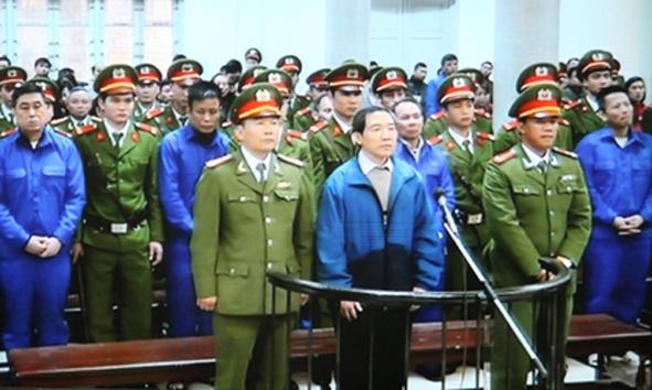 Hai bi cao dau tien trong vu Duong Chi Dung chong an hinh anh