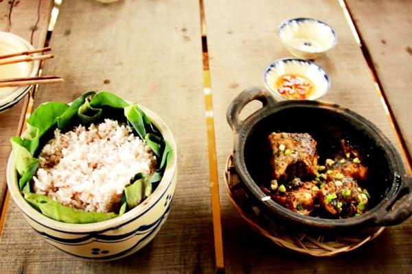 Cơm lá sen, cá kho tộ, bún nước lèo là những đặc sản nổi tiếng miền Tây.