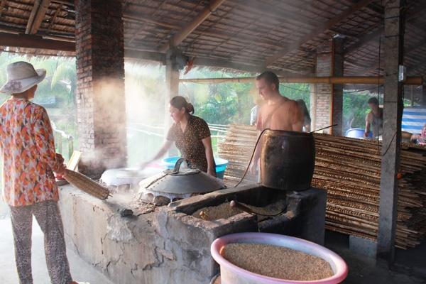 Du khách tham quan một làng nghề làm hủ tiếu.
