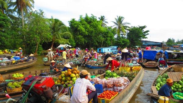 Điều nhất định phải trải nghiệm khi về miền Tây là dạo chợ nổi.