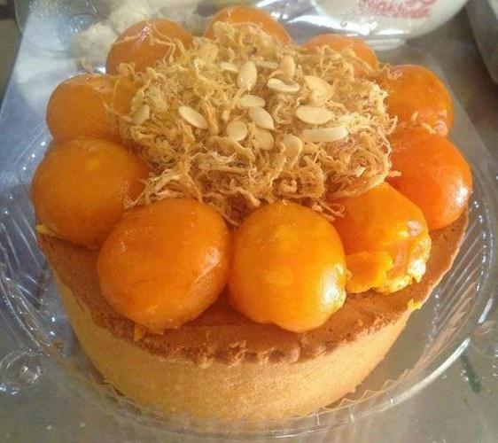 Mon bong lan trung muoi pho mai 'hut hon' gioi tre hinh anh 2 Ngoài ra để tạo hương vị đặc biệt bánh được thêm những lát phô mai vào phía trên.