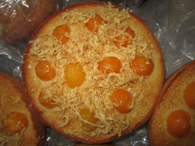 Mon bong lan trung muoi pho mai 'hut hon' gioi tre hinh anh 3 Bánh bông lan trứng muối là sự kết hợp hoàn hảo của bánh bông lan với vị mằn mặn của trứng muối, ruốc và phô mai.
