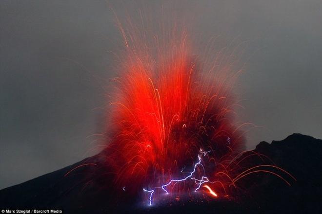 Chup duoc anh nui lua phun trao, phat ra tia set tai Nhat hinh anh 1 Marc Szeglat, nhà làm phim 47 tuổi người Đức, đã có dịp ghi lại những hình ảnh hiếm có khi núi lửa Sakurajima trên đảo Kyushu (Nhật Bản) phun trào ngay trước mặt ông.