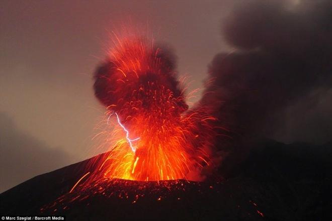 Chup duoc anh nui lua phun trao, phat ra tia set tai Nhat hinh anh 2 Trong quá trình phun nham thạch, núi lửa này còn phát ra các tia sét, một trong các hiện tượng được xem là hiếm thấy.