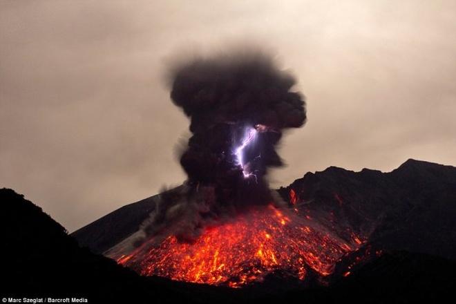 Chup duoc anh nui lua phun trao, phat ra tia set tai Nhat hinh anh 3 Núi lửa phun kèm theo một cột khói cao làm cả bầu trời xám xịt, nham thạch bắn tung tóe và gây chấn động mạnh các khu vực lân cận. Sự việc diễn ra từ ngày 2-7/3 vừa qua.