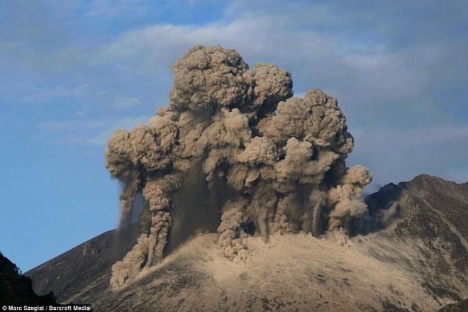 """Chup duoc anh nui lua phun trao, phat ra tia set tai Nhat hinh anh 5 Năm 1914, núi lửa này phun trào một trận lớn nhất trong lịch sử Nhật Bản thế kỷ 20, sau đó rơi vào trạng thái ngưng hoạt động.  """"Có một khoảng ngưng vài giây giữa lúc núi lửa phun trào và lúc xuất hiện đợt chấn động. Cảm giác ấy rất hồi hộp và phấn khích bởi tôi không biết cơn địa chấn sẽ mạnh đến mức nào. Sau đó tôi cảm nhận được luồng gió rất nhẹ như phát ra từ trong trái đất"""", Marc kể lại cảm giác khi chụp những bức ảnh núi lửa Sakurajima."""
