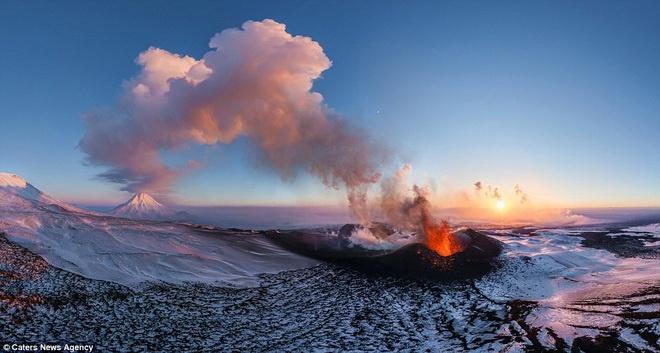 Ngọn núi lửa Plosky Tolbachik ở Kamchatka, Nga.