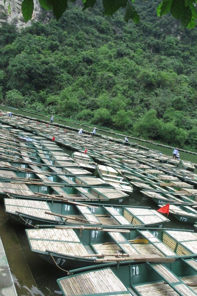 Trang An - Diem dung chan ly tuong cho ky nghi le hinh anh 8 Trên bến Tràng An có hơn 1000 thuyền chở khách. Những chiếc thuyền khi vắng khách có chút buồn nhưng vào dịp nghỉ Lễ này, mỗi ngày mỗi thuyền chuyên chở tới 2-3 lượt khách tham quan.