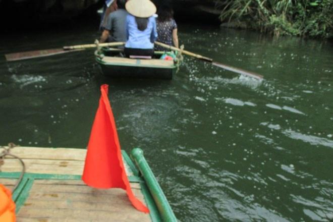Trang An - Diem dung chan ly tuong cho ky nghi le hinh anh 7 Những bóng lưng xanh xanh của người lái đò nơi này và chiếc cờ hiệu màu đỏ Việt Nam dường như đã trở thành một biểu tượng không thể thiếu ở Tràng An.