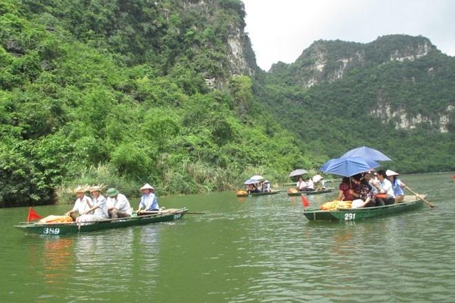 Trang An - Diem dung chan ly tuong cho ky nghi le hinh anh 3 Từng đoàn du khách trong và ngoài nước thích thú  với sông nước Tràng An ngày nắng đẹp và sự niềm nở của những người lái đò nơi đây.