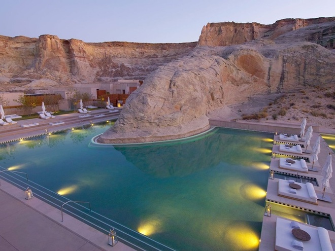 Khu nghỉ dưỡng Amangiri ở Utah xây dựng một hồ bơi độc đáo ở ngay cạnh thắng cảnh Canyon, giúp du khách cảm nhận được toàn bộ được vẻ đẹp của nơi này.