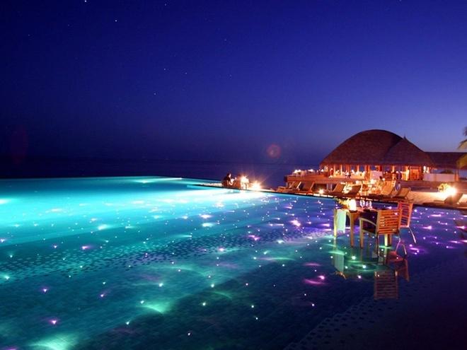 Khu du lịch Huvafen Fushi của Maldives có một hồ bơi đặc biệt được thiết kế để bơi vào buổi tối, với đèn màu lấp lánh dưới đáy lung linh tuyệt đẹp.