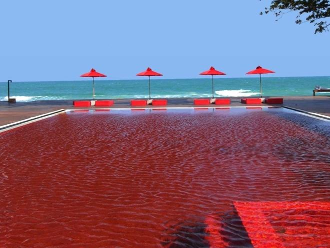 Hô bơi Library ở Thái Lan có một hồ bơi tự hào với thiết kế độc đáo bằng gạch màu đỏ của máu, tạo ra một hiệu ứng mát mẻ mà độc đáo tương phản với màu xanh của bãi biển liền kề.