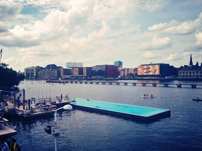Hồ bơi nổi Arena Badeschiff ở Berlin nằm giữa lòng sông Spree, nơi du khách có thể đắm mình trong làn nước sạch và tận hưởng quang cảnh của thành phố xung quanh.