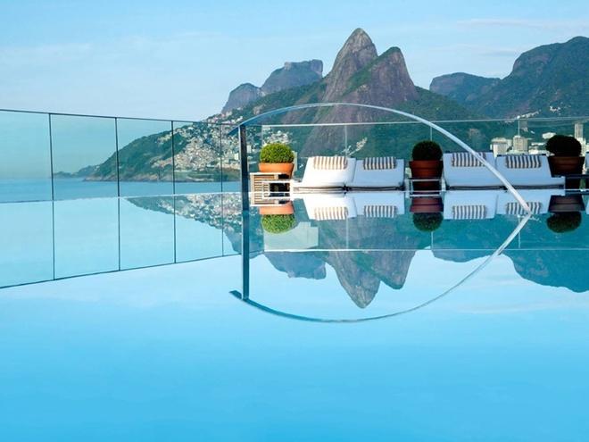 Khách sạn Fasano của Rio de Janeiro, Brazil có mộ hồ bơi trên sân thượng nhìn ra được núi Sugarloaf và bãi biển Ipanema. Hồ bơi nằm ở giữa trung tâm của khu vực đông đúc nổi tiếng nhất của Rio.