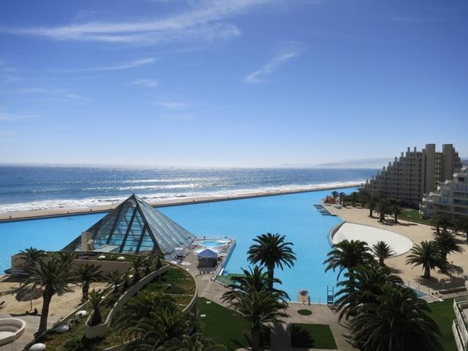 Bể bơi tại khu nghỉ mát San Alfonso del Mar ở Chile là bể bơi lớn nhất trên thế giới. Với gần 250 triệu lít nước, du khách thậm chí còn có thể đi ngắm cảnh, dạo quanh bể bơi bằng những chiếc thuyền nhỏ.