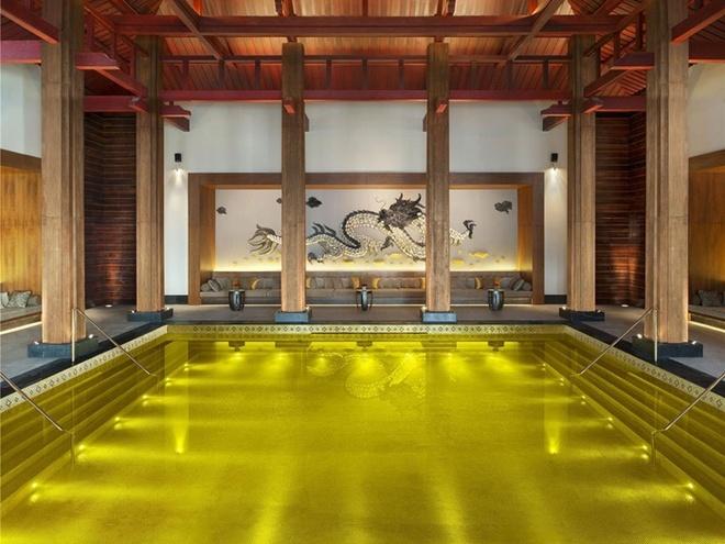 Bể bơi Gold Energy tại khu nghỉ dưỡng St Regis Lhasa nổi tiếng ở Tây Tạng làm cho khách đến bơi cảm thấy nhưng một bậc đế vương thực thụ bởi toàn bộ gạch lót ở dưới đáy đều được mạ vàng.