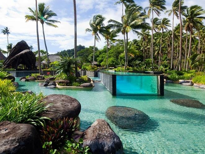 Khu nghỉ dưỡng Laucala Island ở Fiji có một bể bơi tuyệt đẹp nằm giữa lòng một hồ nước lớn, với mặt tiếp xúc với đáy hồ được làm bằng kính để cho bể bơi trông thêm phần đẹp và tự nhiên hơn.