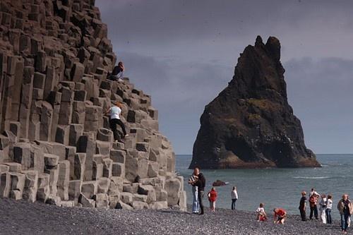 Nhung bai bien den ky la tren the gioi hinh anh 1 1 .Biển Vik , Iceland: Bờ biển này do ngọn núi lửa Mydalsjokull phun trào dung nham và tạo nên những bờ cát đen.