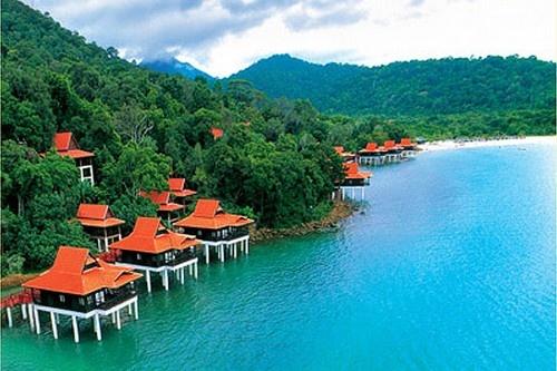 Nhung bai bien den ky la tren the gioi hinh anh 4 4. Đảo Langkawi , Malaysia: Điều đặc biệt khi đến với hòn đảo này là những bãi cát đen xen kẽ cùng với những bãi cát trắng và theo như truyền thuyết của người dân địa phương kể, đó là do tàn tích chiến tranh của các vị thần.