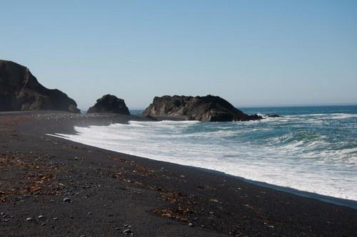 Nhung bai bien den ky la tren the gioi hinh anh 6 6. Biển Black Sands , California: Do những viên đá cuội màu đen phủ lên vì vậy bãi biển này có màu đen mịn, đặc biệt khi đến với bãi biển này du khách còn được tham quan những vịnh nhỏ với hoa trái xanh tốt.