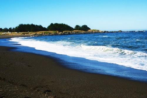 Nhung bai bien den ky la tren the gioi hinh anh 7  7. Biển Santo Domingo , Philippin: Bãi biển này là kết quả của sự hoạt động núi lửa Mayon. Đây là một trong những bãi biển sạch nhất trên Thế giới, vì vậy nó còn có tên là bãi biển Pha Lê.