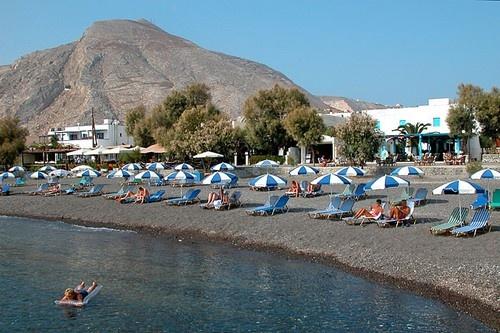 Nhung bai bien den ky la tren the gioi hinh anh 8 8. Biển Kamari, Hy Lạp: Kamari là một ngôi làng ven bờ biển phía Nam Santorini, nơi đây là một khu du lịch nổi tiếng với những tiện nghi như giường phơi nắng và ô dù giúp bạn thư giãn trên những bãi biển.