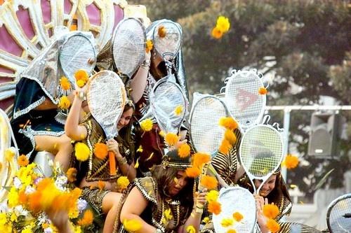 8 le hoi hoa tuyet dep tren the gioi hinh anh 3 Batalla de Flores, Tây Ban Nha: Lễ hội tuyệt vời này được tổ chức tại thành phố Valencia để đánh dấu sự kết thúc của tháng 7. Sự kiện bắt đầu bằng đoàn diễu hành với những chiếc xe hoa khổng lồ có các cô gái Tây Ban Nha xinh đẹp ngồi trên, vẫy tay chào du khách.