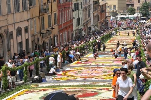 8 le hoi hoa tuyet dep tren the gioi hinh anh 8 ễ hội hoa Genzano Infiorata, Italy: Tháng 6 hằng năm, những con đường ở Belardo biến thành những thảm hoa sặc sỡ với các họa tiết trang trí. Trong hơn 2 thế kỷ qua, từ năm 1778, vào ngày Chủ nhật và thứ Hai lễ hội hoa Genzano Infiorata lại diễn ra. Mỗi năm, thảm hoa được sáng tạo theo một chủ đề nhất định.