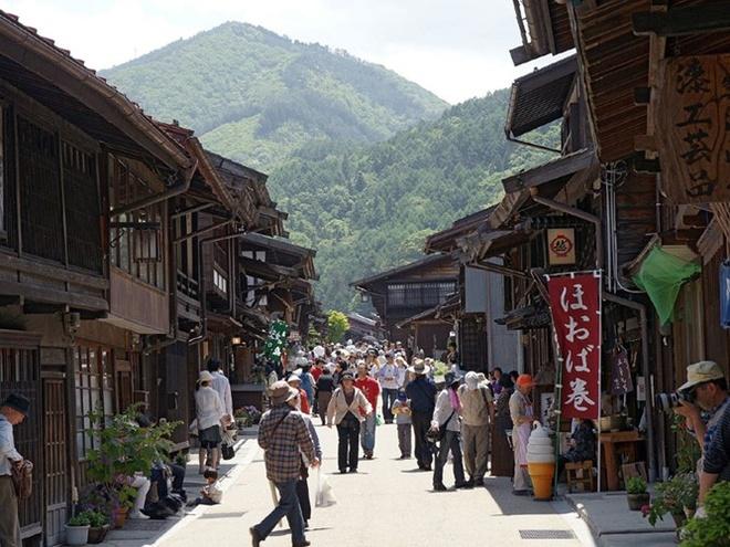 Thị trấn nhỏ bé và bình yên Narai-Juku nằm ở quận Nagano, phía tây Tokyo. Đây là nơi lý tưởng để ghé thăm nếu du khách muốn cảm nhận không khí hoài cổ của Nhật Bản. Thị trấn này cũng từng là điểm dừng chân trên con đường Kiso, con đường giao lưu buôn bán giữa Kyoto và Edo (Tokyo). Những ngôi nhà gỗ ngày nay vẫn được bảo tồn tốt, tạo ra khung cảnh tuyệt đẹp cho thị trấn.