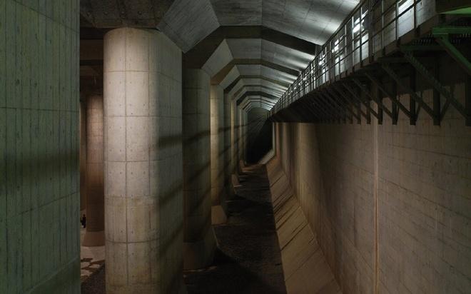 Hệ thống hầm chống ngập của Tokyo được xây dựng nhằm mục đích làm chệch hướng đi của dòng nước lũ vào mùa mưa bão. Du khách có thể đến thăm quan miễn phí nhưng nếu muốn tìm hiểu thêm về hệ thống thì cần có một hướng dẫn viên.