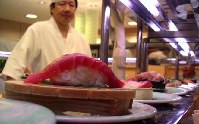 Thay vì tới một trong những nhà hàng của Nhật Bản phục vụ bữa tối với món sushi, du khách có thể đến chợ cá Tsukiji ở Tokyo. Dù phải đứng, không dùng đũa và cũng không có chỗ ngồi nhưng cá ở chợ thì chất lượng ngon và rẻ hơn.