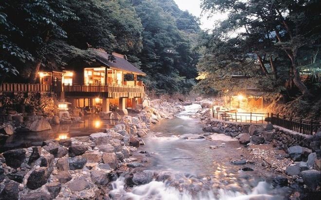 Nhật Bản cũng được biết tới với các suối nước nóng tự nhiên (Onsen). Những bồn tắm suối nước nóng công cộng nằm ở quanh thành phố với số lượng nhiều vô kể. Đây là một trải nghiệm thú vị để du khách cảm nhận sâu sắc về nền văn hóa Nhật Bản.